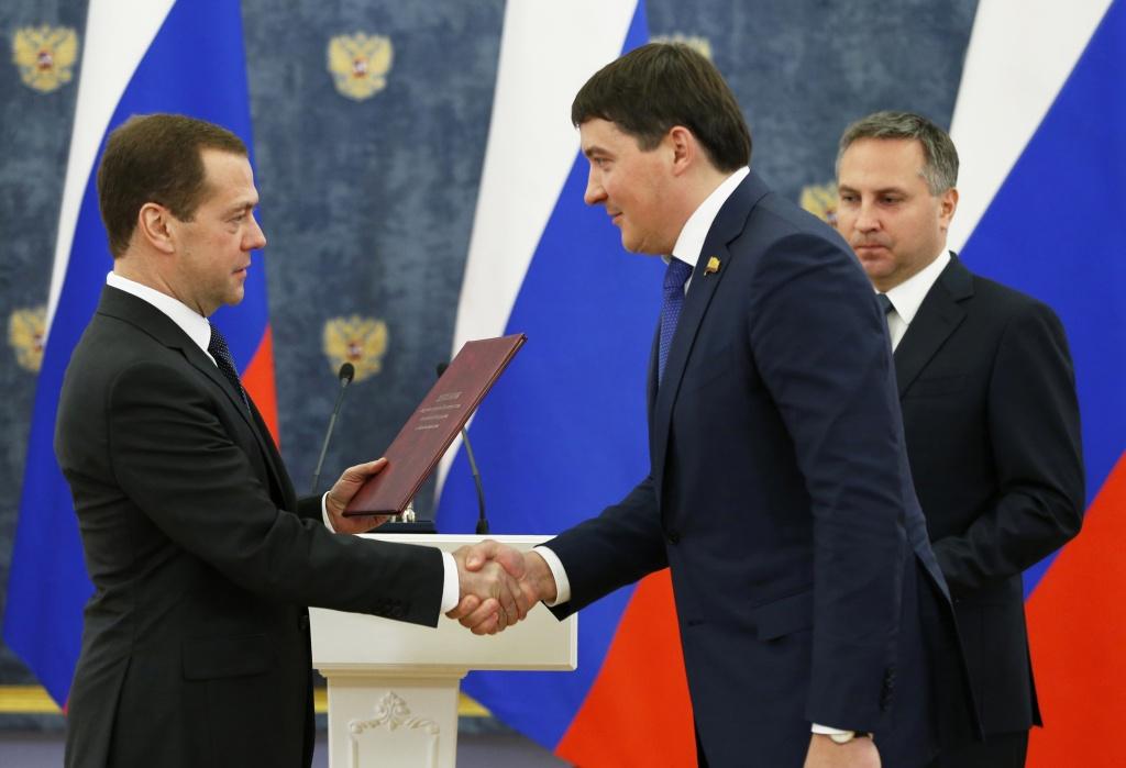 Медведев вручает диплом Элара